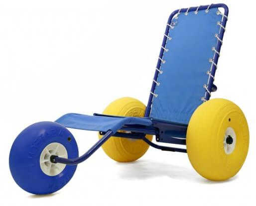 Estilo cadeira espreguiçadeira de praia, com 3 rodas largas, 2 amarelas e 1 azul. Tecido azul e permeável.