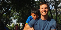 #PraTodosVerem: Tom Kugler vestido de camiseta azul e bermuda bege, com garoto filipino que ajudou.